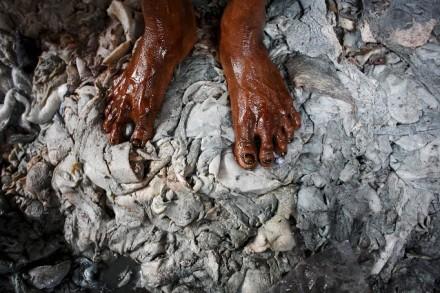 När djurhudar behandlas för att bli till mjukt läder används en lång rad kemikalier. Foto: GMB Akash.