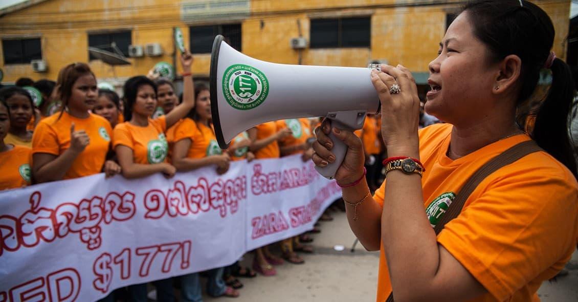 Sömmerskor i Kambodja protesterar mot de låga lönerna. Foto: Heather Stilwell