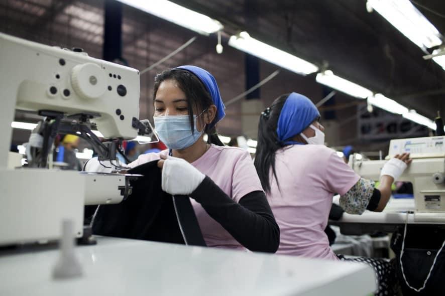 90% av de som jobbar på klädfabrikerna i Kambodja är kvinnor. Foto: Will Baxter