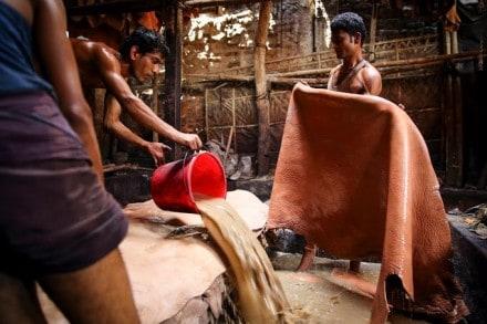 Vid garvning av läder  används en rad kemikalier, trots det saknar arbetarna i Bangladesh ofta skyddskläder. Foto: GMB Akash