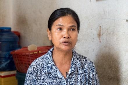 - Vi kan inte protestera för då förlängs inte våra kontrakt, säger Sophea som syr kläder åt H&M. Foto: CLEC
