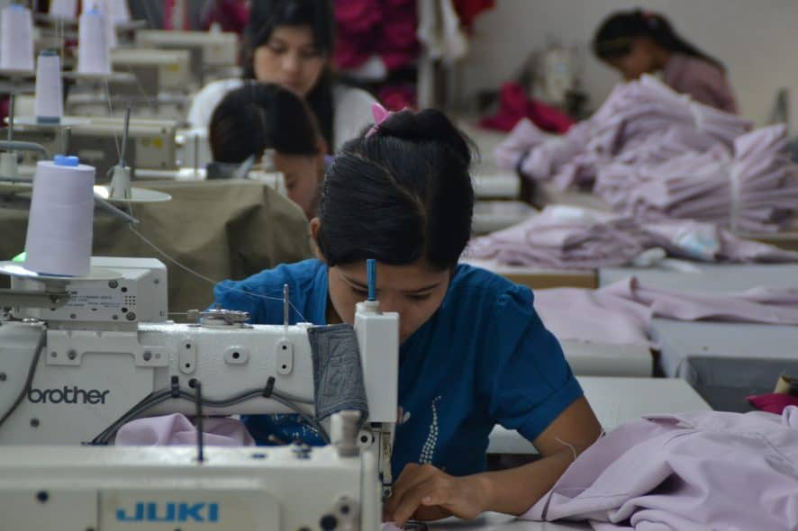 På två av de tre granskade fabrikerna jobbar de anställda mer än 60 timmar i veckan, i vissa fall från åtta på morgonen till tio på kvällen. Foto: Martje Theuws, SOMO