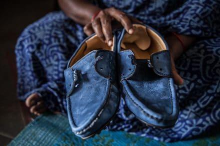 - Om vi klagar på något blir vi av med jobbet, säger en 40-årig kvinna som jobbar på en skofabrik i södra Indien. Foto: Heather Sidwell