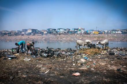 På soptippen Agbogbloshie i Ghana bränns el-skrot helt utan skyddsutrustning. Foto: Miranda Kårelind
