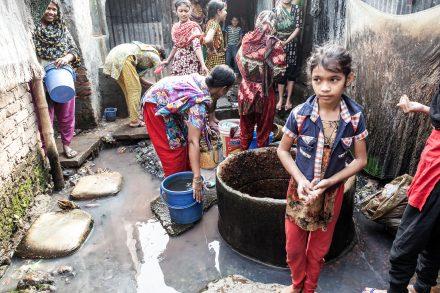 I Bangladesh har textilarbetarna så låga löner att både vuxna och barn lider av undernäring. Foto: Tobias Andersson Åkerblom