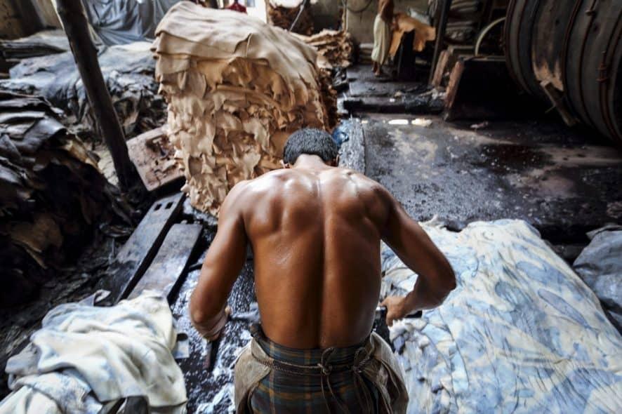 Arbetare på ett garveri i Hazaribagh, Bangladesh. På garveriet behandlas djurhudar för att bli till mjukt läder. Foto: GMB Akash