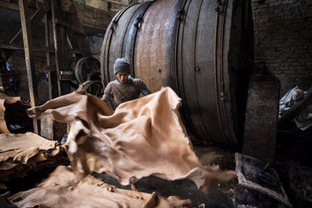 Att garva läder i Bangladesh är en giftig historia. Skriv på vårt upprop så att skoföretagen slutar hemlilghålla sin tillverkning. Foto: GMB Akash