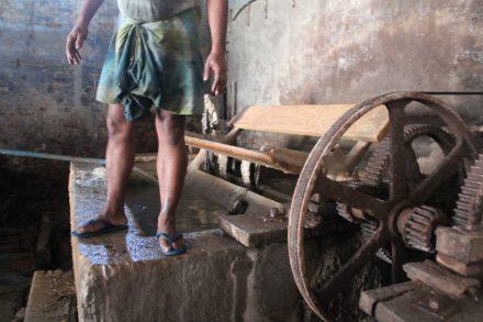 Garveri i Kolkata, Indien. Läderarbetare hanterar en mängd farliga kemikalier, ofta utan skyddskläder och ibland till och med barfota. Foto: Tanja Kjeldgaard.