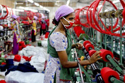 Textilarbetarna hos H&M:s leverantörer i Bangladesh har så låga löner att de inte har råd med ordentlig mat och sjukvård. Foto: GMB Akash