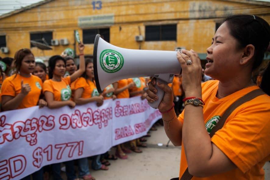 Sömmerskor i Kambodja demonstrerar för högre löner. Foto: Heather Stilwell