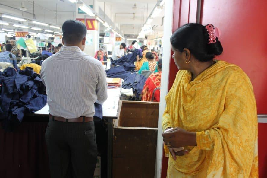 En fackföreningsrepresentant överser produktionen vid en textilfabrik i Dhaka, november 2017. Foto: Swedwatch
