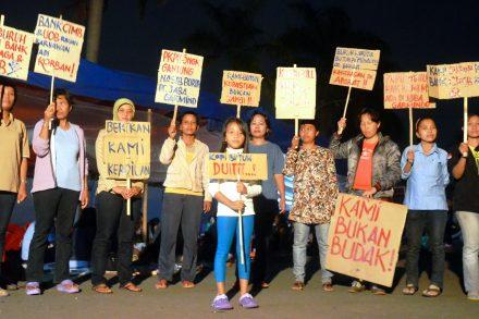 Textilarbetare som inte fått ut sin lön protesterar mot Uniqlo. Foto: Clean Clothes Campaign
