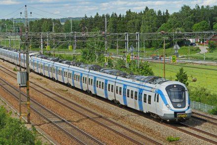 Rapporten rekommenderar att offentliga sektorn antar tydliga resepolicys för att se till att tåg och kollektivtrafik prioriteras framför flyg och bil. Foto: Pixabay