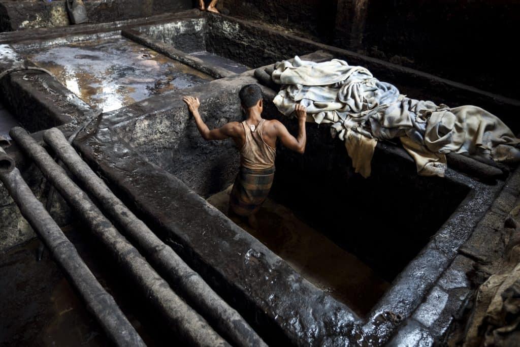 Lädarbetarna i Bangladesh hanterar en stor mängd kemikalier men saknar ofta möjlighet att få skyddsutrustning. Foto: GMB Akash för Change Your Shoes Campaign